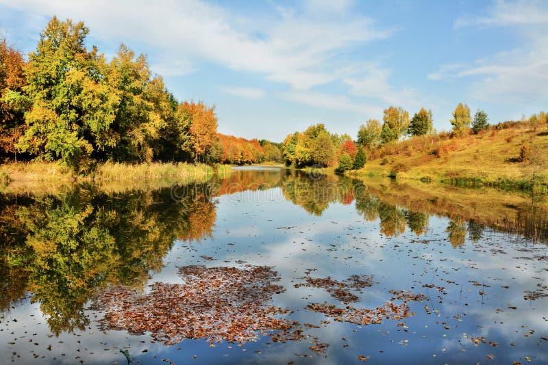 Meer in de herfstkleuren stock afbeeldingen