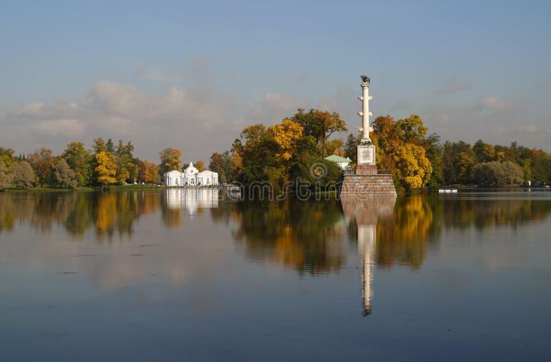 Meer in de herfstpark royalty-vrije stock foto's