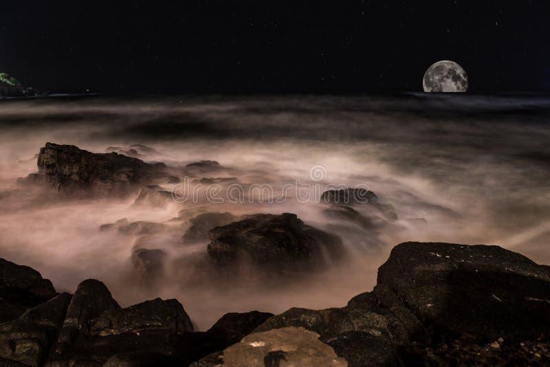 Meer in der Nacht lizenzfreie stockfotografie