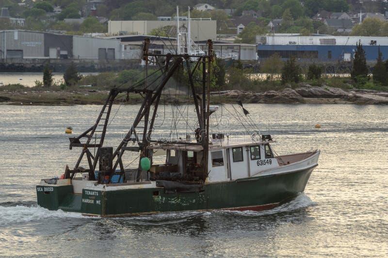 Meer Duced Schiff der kommerziellen Fischerei in New-Bedford Hafen stockfotografie