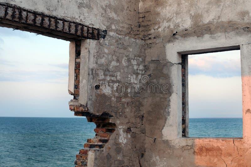 Meer durch das zerbrochene Fenster. lizenzfreies stockfoto