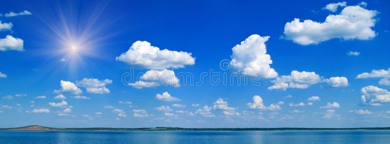 Meer en blauwe bewolkte hemel royalty-vrije stock foto's