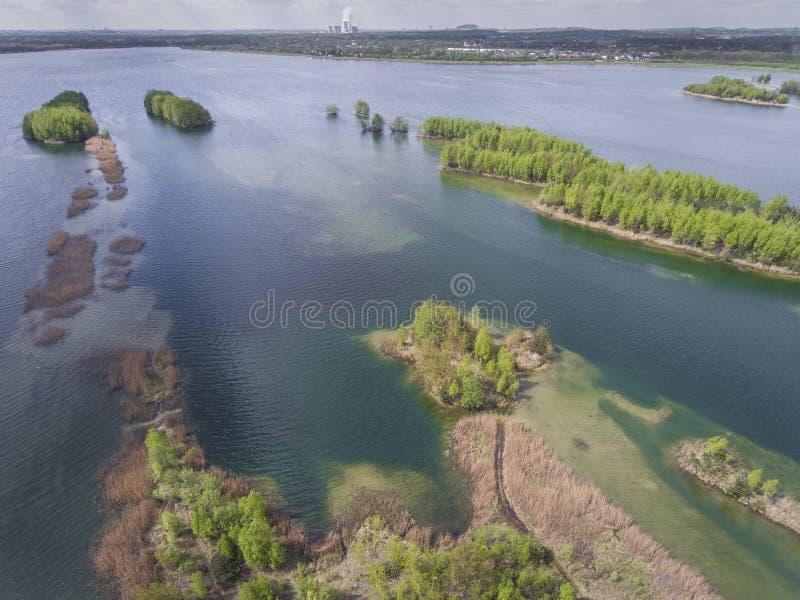 Meer en bos tijdens de lentetijd Mening van hierboven Pogoria IV stock fotografie