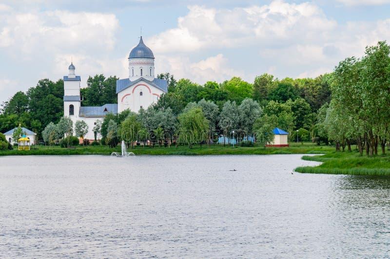 Meer en Orthodoxe Kerk in het Novobelitsky-district van de stad van Gomel stock foto's