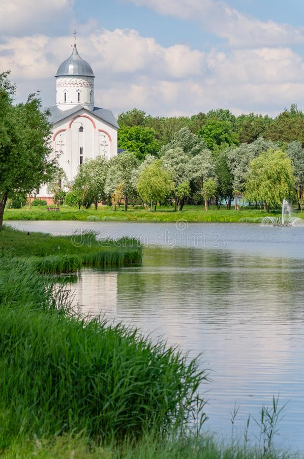 Meer en Orthodoxe Kerk in het Novobelitsky-district van de stad van Gomel royalty-vrije stock foto