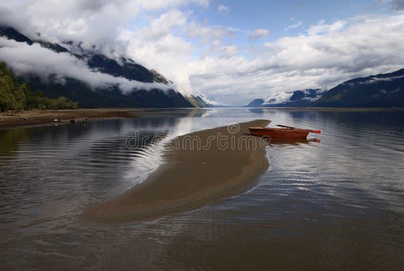 Meer en roeiboot royalty-vrije stock fotografie