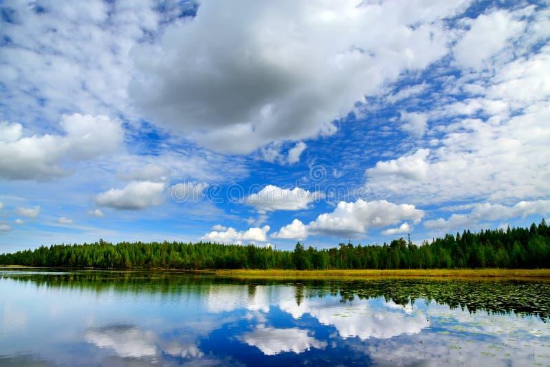 Meer Engozero en dramatische wolken. Noord-Karelië, Rusland stock fotografie