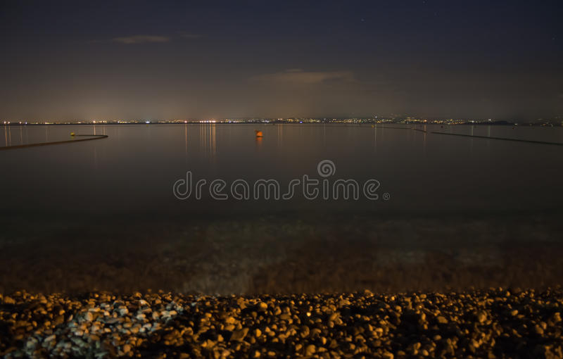 Meer Garda bij nacht stock afbeeldingen