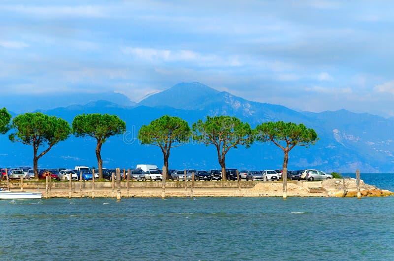 Meer Garda dichtbij Alpiene bergen, Italië Meer Garda, de provincie van Verona, Veneto, Italië stock foto