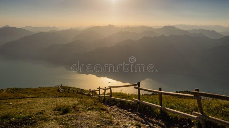 Meer Garda en Garda-Bergen zoals die van Monte Baldo-rand worden gezien royalty-vrije stock fotografie