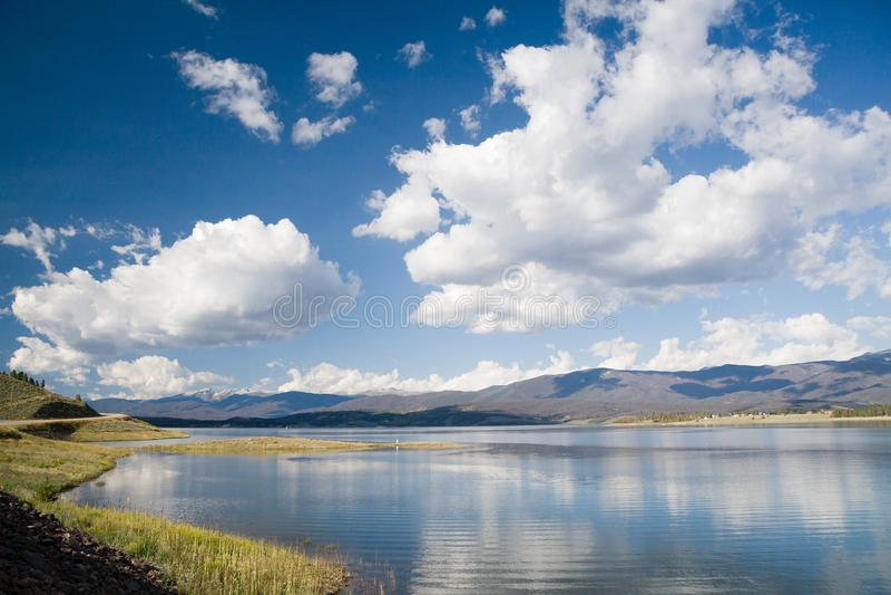 Meer Granby met aardige witte wolken in een blauwe hemel, Colorado, de V.S. royalty-vrije stock afbeelding