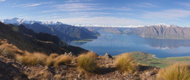 Meer Hawea en berglandschap Nieuw Zeeland royalty-vrije stock afbeeldingen