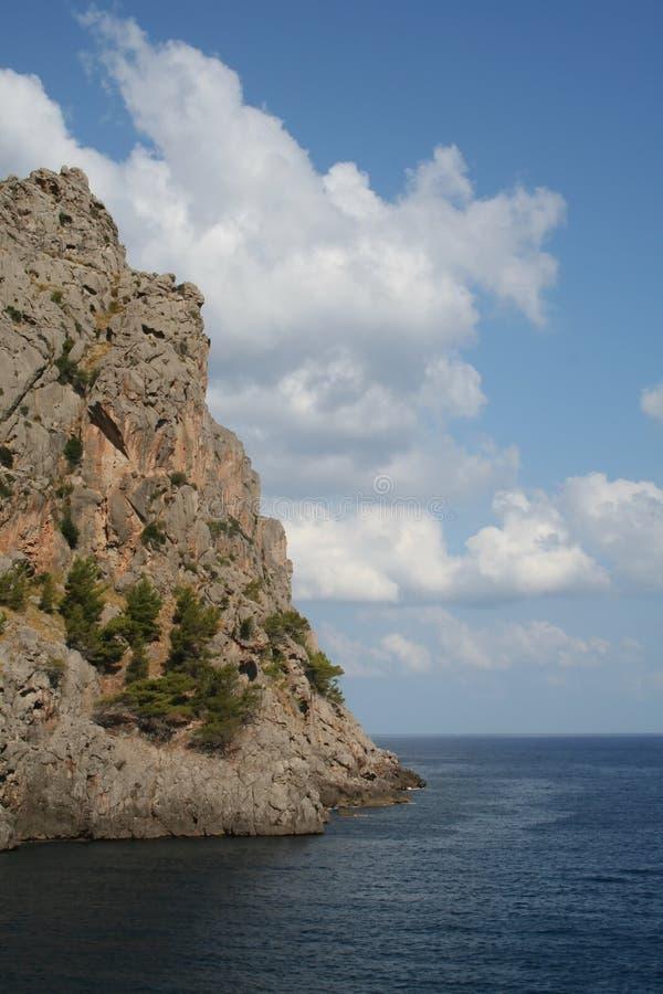Meer, Klippe und Himmel lizenzfreies stockbild