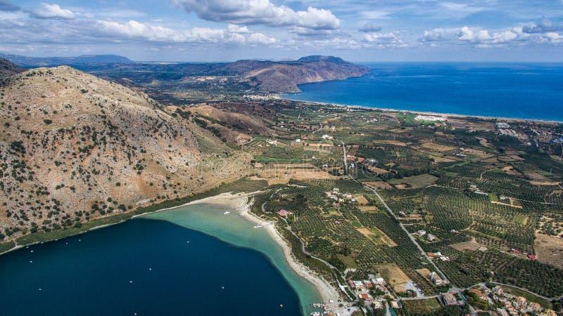 Meer Kournas De wedstrijdeiland van de hommelfotografie Kreta, Griekenland, dichtbij het dorp van Kournas stock afbeelding