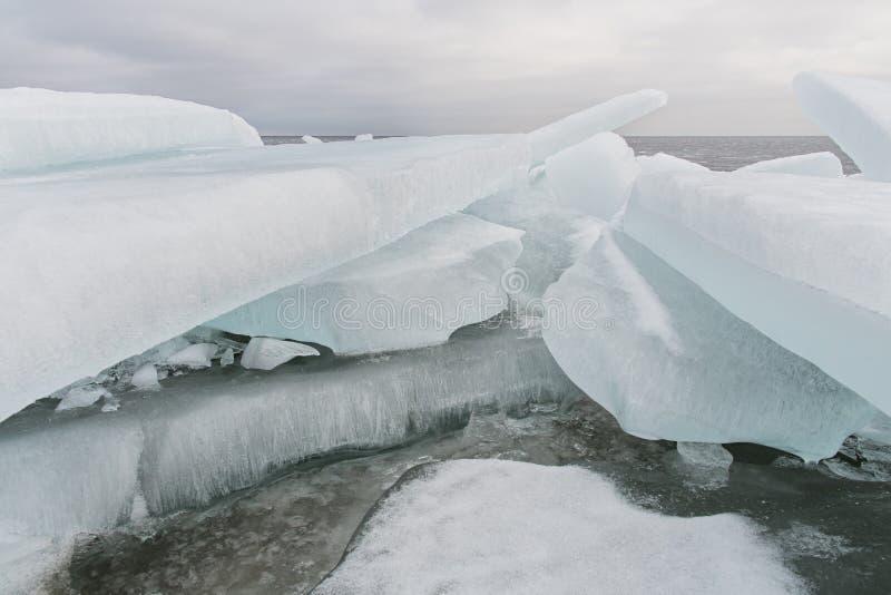 Meer Ladoga in de winter De ijsblokken stock fotografie