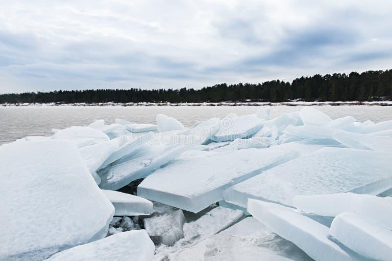 Meer Ladoga in de winter De ijsblokken stock foto's