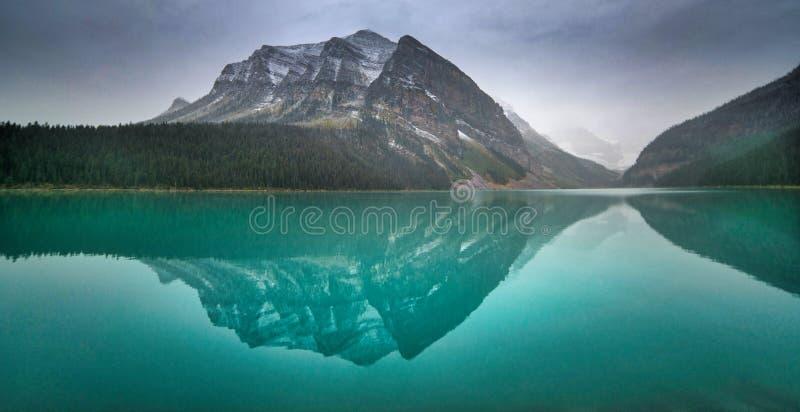 Meer Louise, Alberta Bezinning over water royalty-vrije stock foto