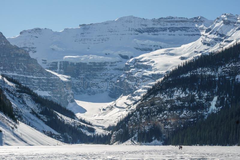 MEER LOUISE, CANADA - MAART 20, 2019: bevroren meer in Alberta met mensen op ijs royalty-vrije stock foto's