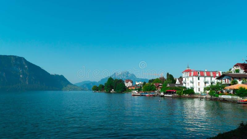 Meer Luzerne in Zwitserland Mening van huizen en bergen van het dorp van Weggis stock foto