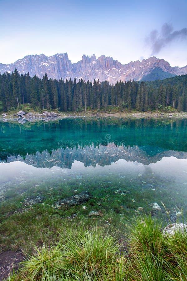 Meer met berg boslandschap, Lago Di Carezza royalty-vrije stock fotografie