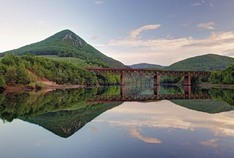 Meer met bosbezinning, Ruzin-dam, Slowakije stock foto's