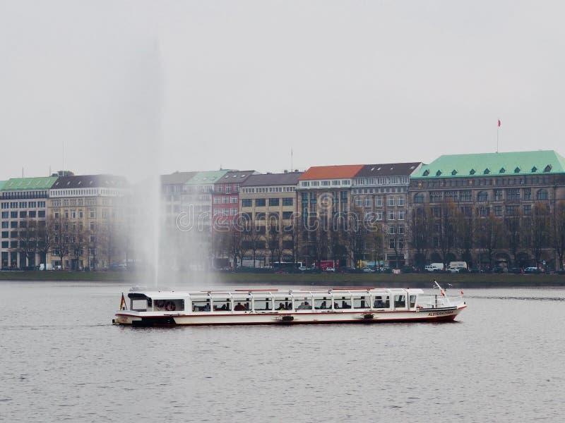 Meer met schip en fontein stock foto