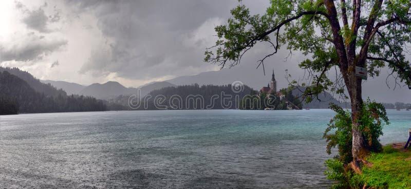 Meer met St Marys Kerk van Veronderstelling op klein eiland wordt afgetapt dat B royalty-vrije stock foto