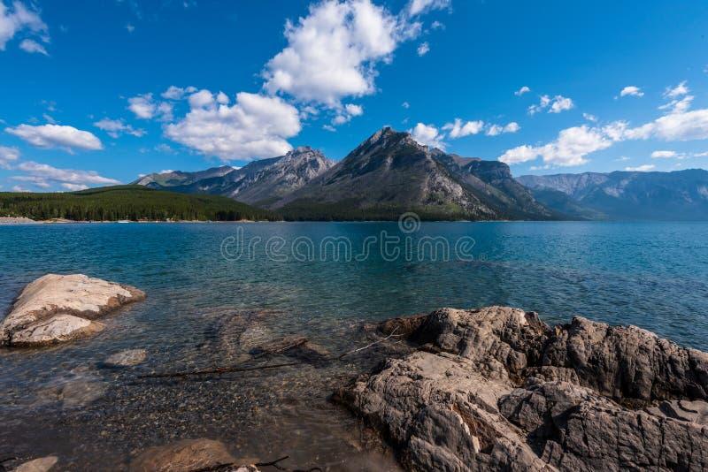 Meer Minnewanka, Banff Canada, in Rocky Mountains royalty-vrije stock foto
