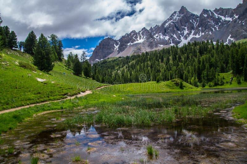 Meer miroir ceillac in queyras in Hautes-Alpes in Frankrijk royalty-vrije stock foto's
