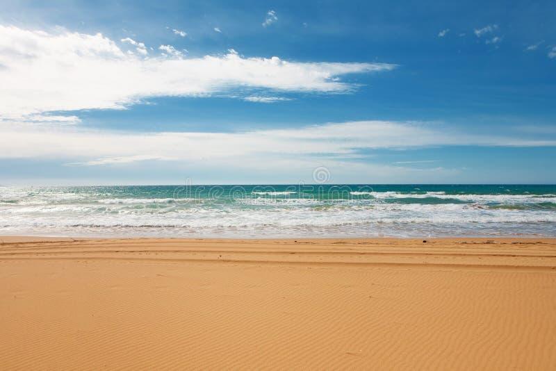 Meer mit breitem sandigem Strand am See Korission, in Korfu, Griechenland lizenzfreies stockbild