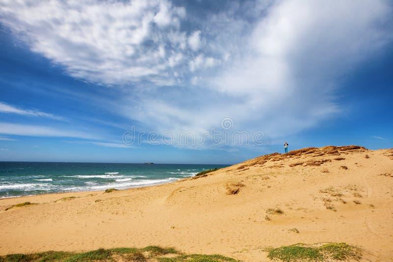 Meer mit breitem sandigem Strand und die Wüste am See Korission, in C stockbild