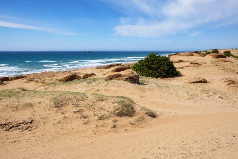 Meer mit breitem sandigem Strand und Sandsteinen am See Korission, in C lizenzfreie stockfotografie