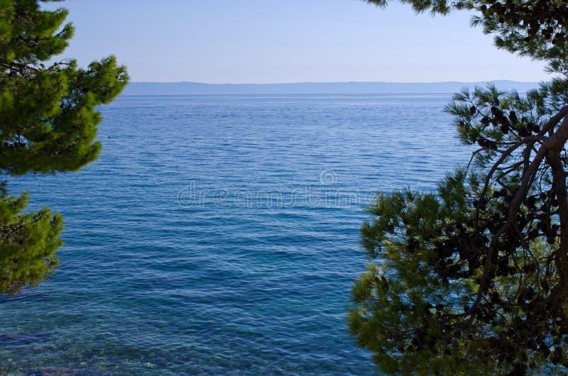 Meer mit natürlichem Rahmen lizenzfreies stockfoto