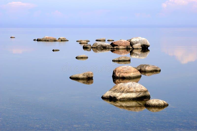 Meer mit Steinen lizenzfreie stockfotos