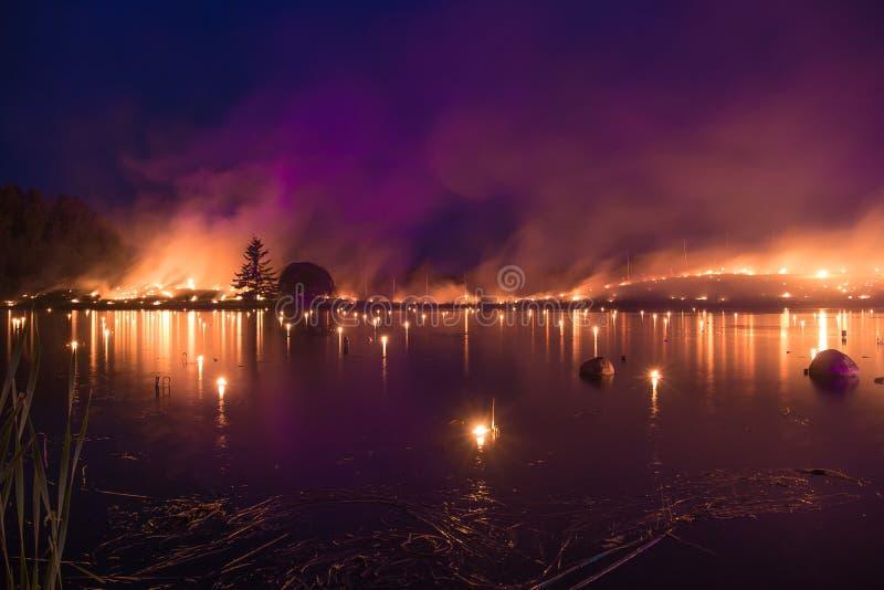 Meer op vlammen - de brandende grasbrand toont royalty-vrije stock afbeeldingen