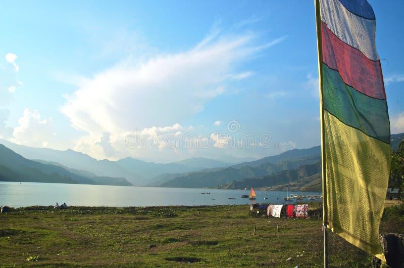 Meer Pokhara met de Vlaggen van het Gebed stock afbeelding