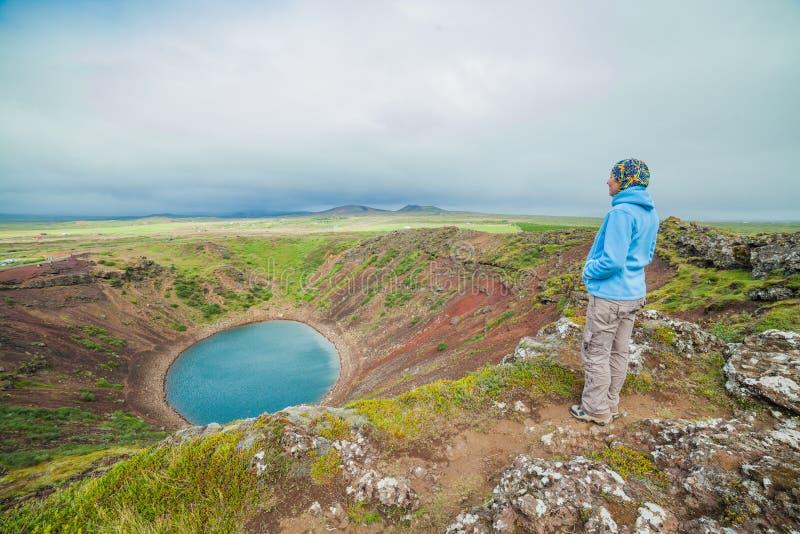 Meer in ronde vulkaankrater royalty-vrije stock afbeelding