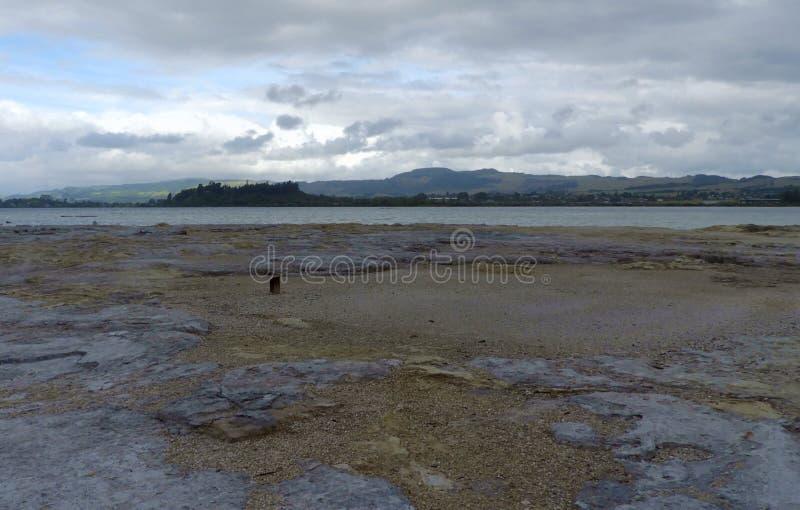 Meer Rotorua op een bewolkte dag stock foto