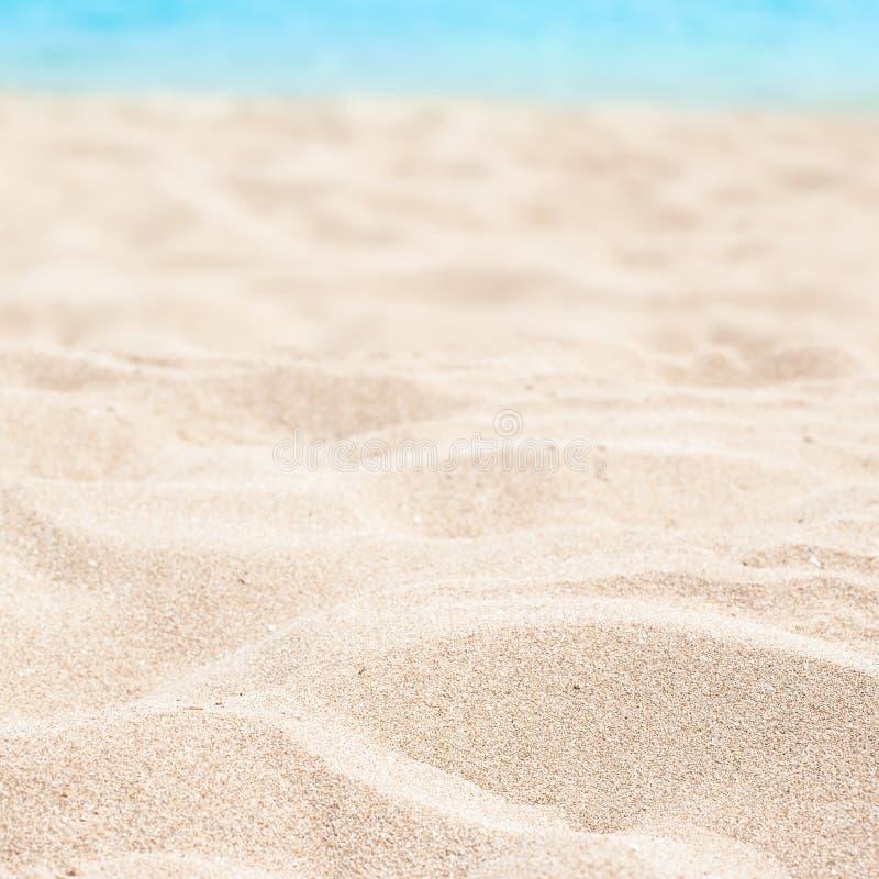 Meer, Sand und Sommertageshintergrund Sommerzeittapete stockbild