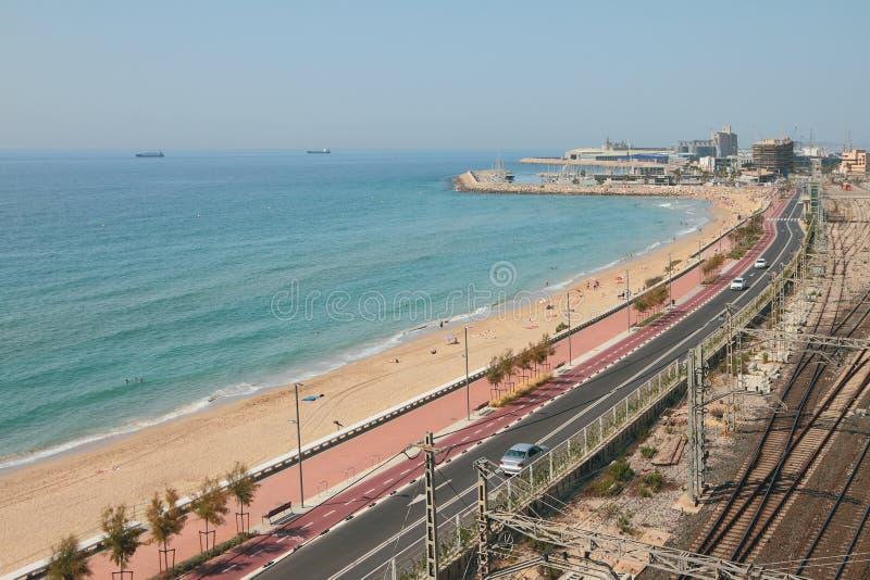 Meer, sandiger Strand und Landstraße entlang Küstenlinie Tarragona, Spanien stockfotos