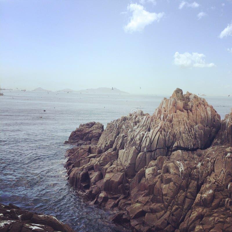 Meer schaukelt blauen Himmel des Strandes stockfotografie