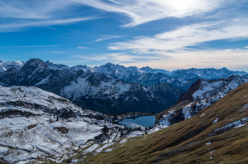 Meer Seealpsee in het berglandschap van Allgau-Alpen, Duitsland stock foto's