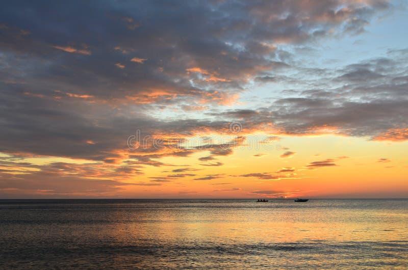 Meer am Sonnenuntergang stockfotografie