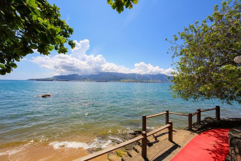 Meer und blauer Himmel, Fahrradweg auf der Ufergegend stockbilder
