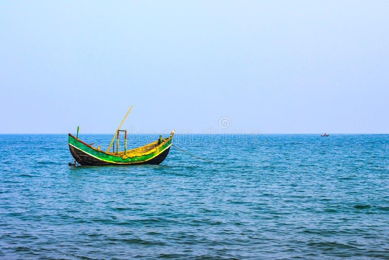 Meer und Boot stockbild