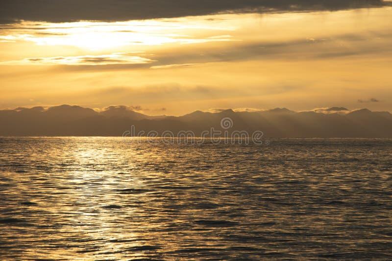Meer und goldene Himmel sunlights mit schönem Schattenbildba der Wolken stockfoto