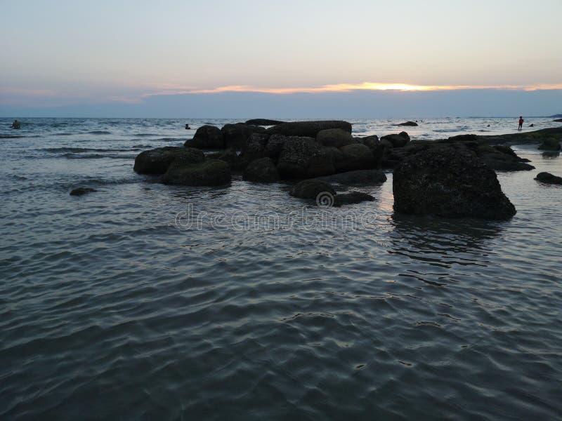 Meer und gro?e Felsen w?hrend des Sonnenuntergangs lizenzfreie stockfotos