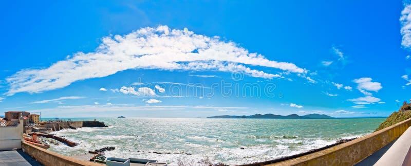 Meer und Küstenlinie in Piombino, Toskana - Italien lizenzfreie stockfotografie