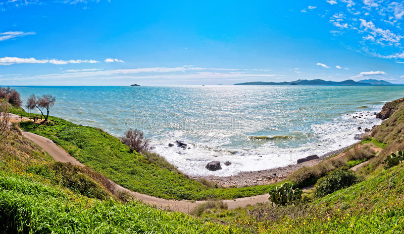 Meer und Küstenlinie in Piombino, Toskana - Italien stockbild