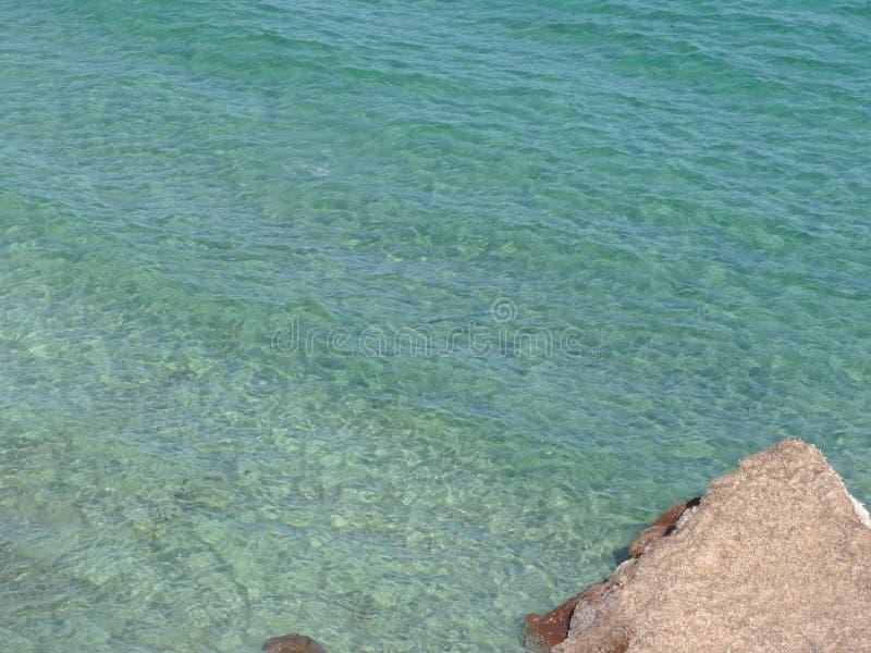 Meer und natürliche Felsen stockbild